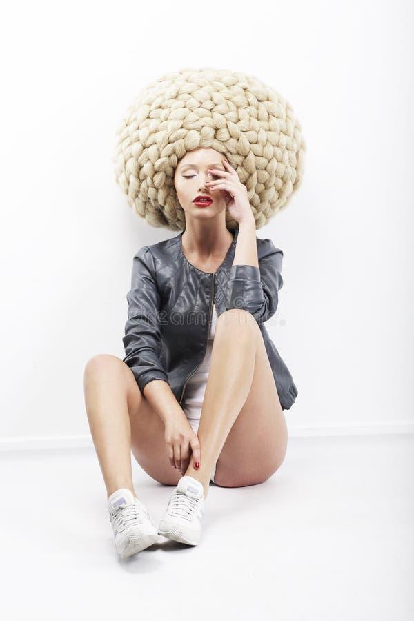 Inspiration. Vogue.  Image de mannequin excentrique dans la coiffe tressée photographie stock libre de droits