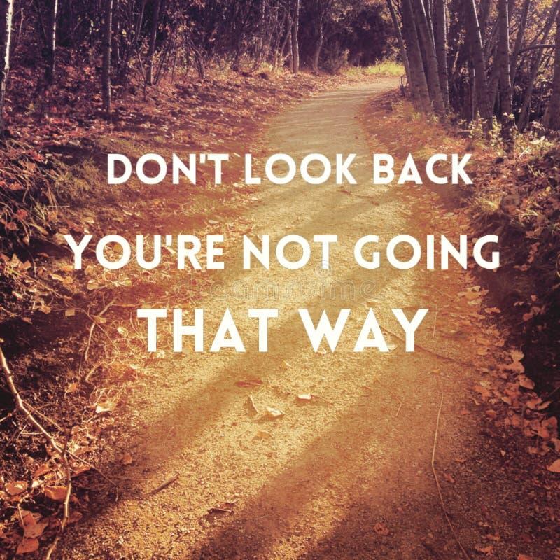 Inspirational citaat op zonsondergang bossleep stock afbeelding