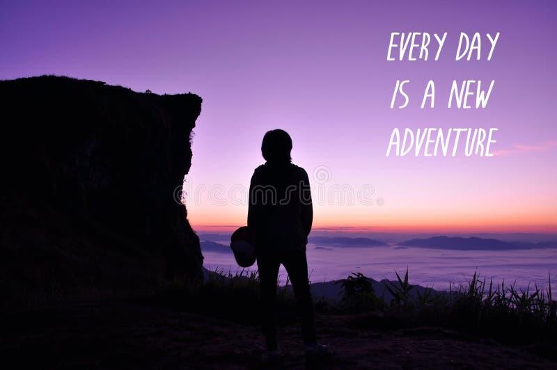 Inspirational citaat op zonsopgang en overzees van mist stock foto's