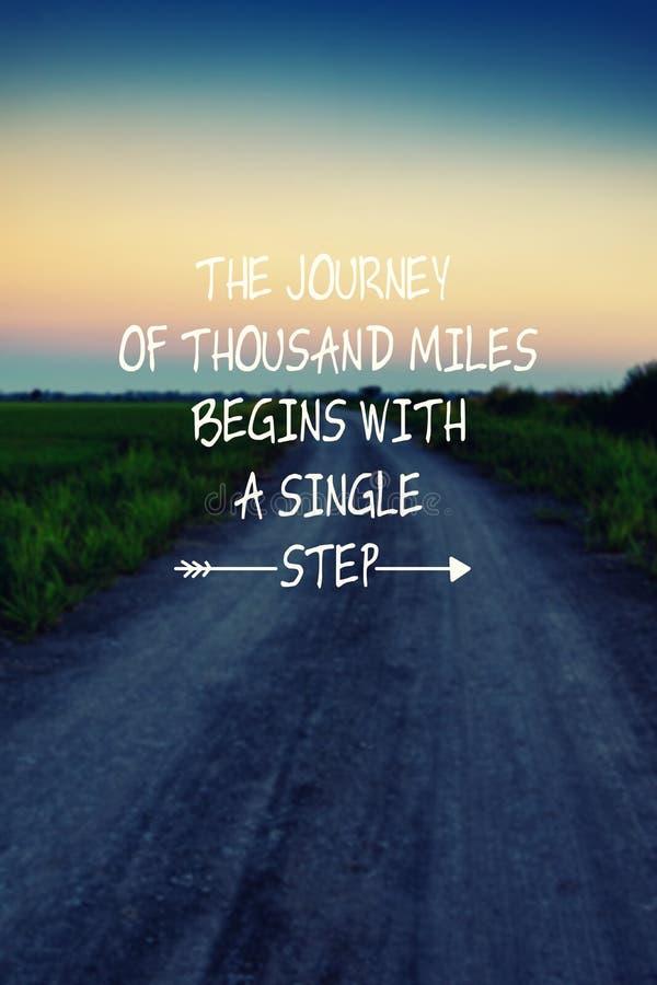 Inspirational citaten - de reis van duizend mijlen begint met ??n enkele stap stock afbeeldingen