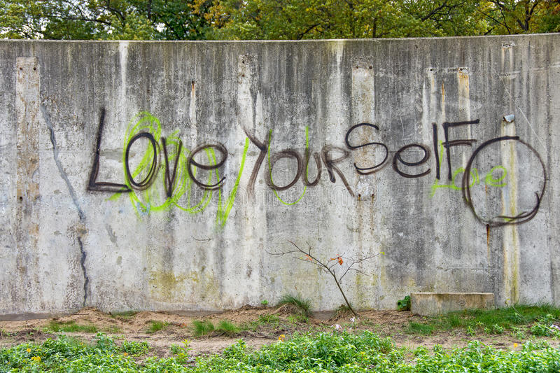 Inspirational graffiti op grungy muur royalty-vrije stock afbeelding