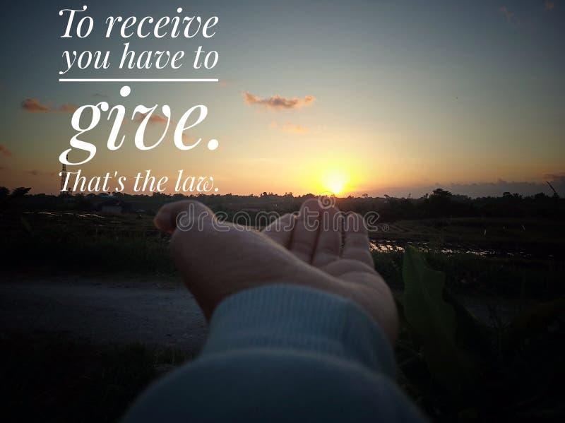 Inspirational motieven te ontvangen citaat u moet geven Dat is laag Met de achtergrond van de zonsondergangzonsopgang, en een jon royalty-vrije stock foto