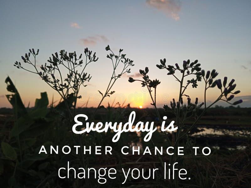 Inspirational motievencitaat elke dag is een andere kans om uw leven te veranderen Met de bloemensilhouet en zonsondergang van he royalty-vrije stock foto