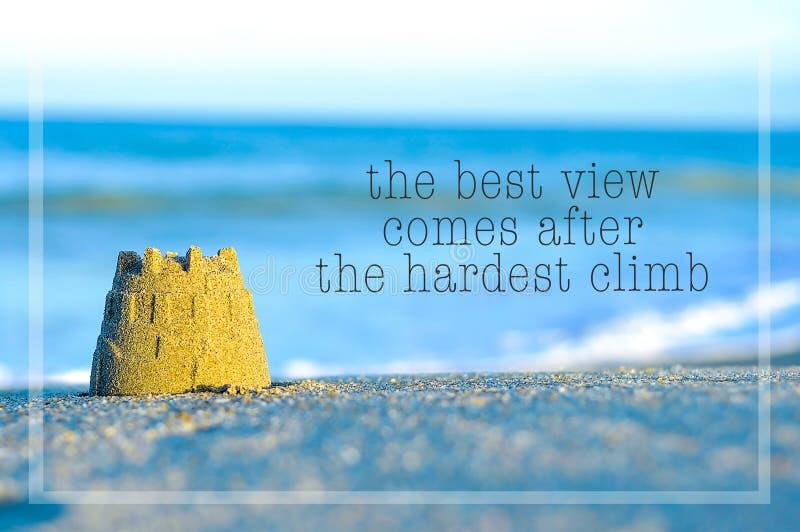 Inspirational motiverend citaat op de mening van het onduidelijk beeldstrand met zandkasteel royalty-vrije stock afbeelding