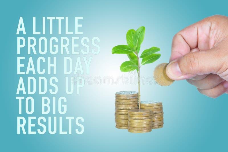 Inspirational motiverende citaat van wat vooruitgang elke dag klopt aan grote resultaten met hand zettend muntstuk op stapels van royalty-vrije stock fotografie