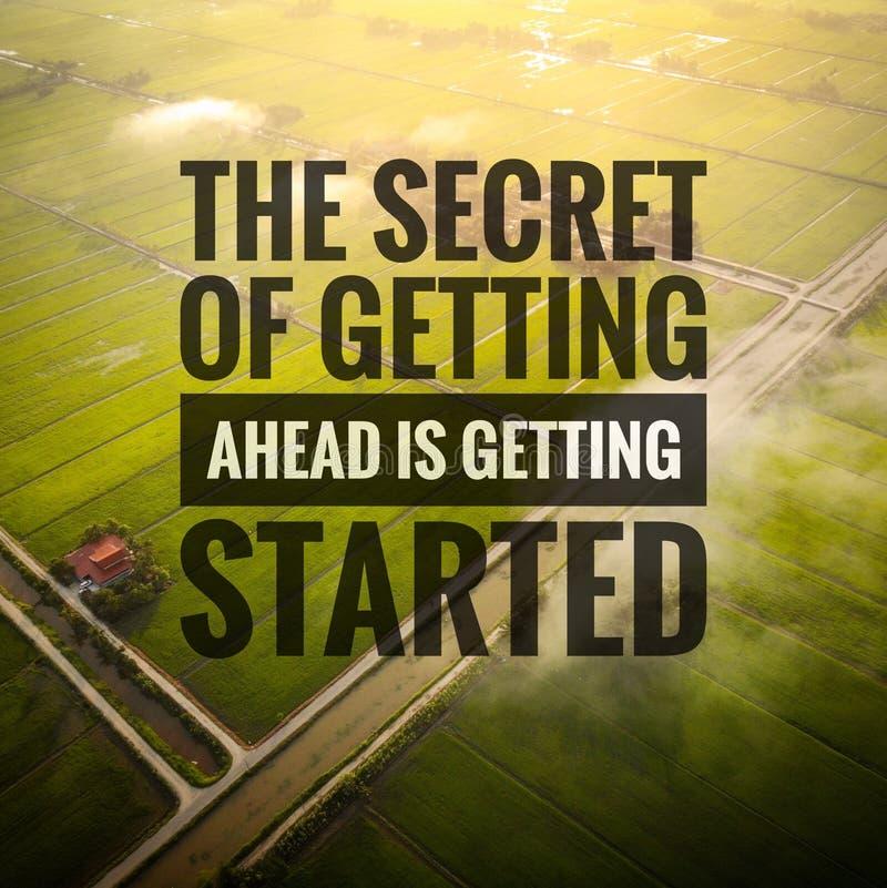 Inspirational motiverende citaten op aardachtergrond Het geheim van het worden vooruit wordt begonnen stock afbeeldingen