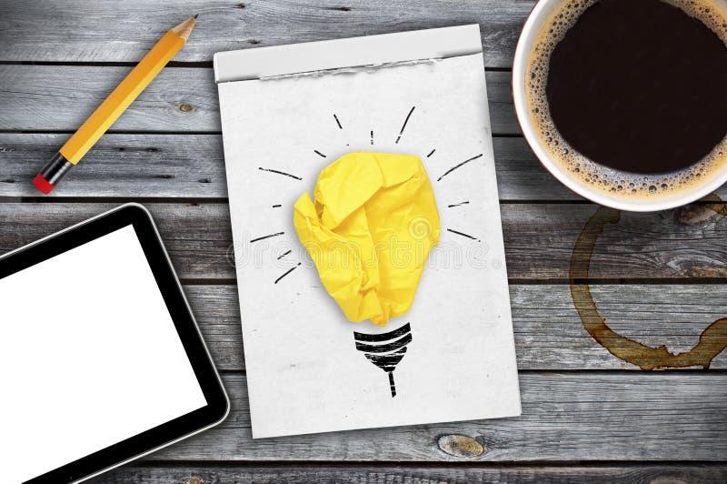 Inspirationbegreppet skrynklade den pappers- metaforen för den ljusa kulan för bra idé royaltyfria foton