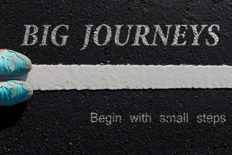 Inspirationcitationstecken: Stora resor börjar med små moment på a arkivfoto