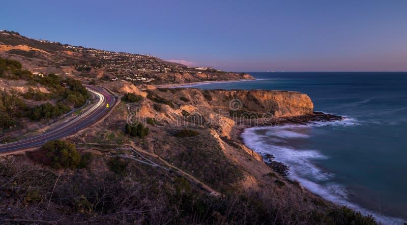 Inspirationpunkt och Palos Verdes Drive efter solnedgång royaltyfri fotografi