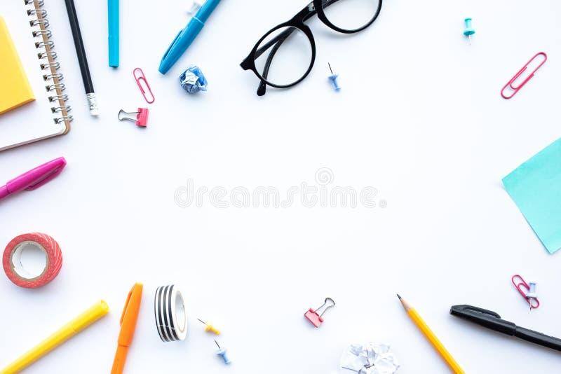 Inspirationsideenkonzepte mit Draufsicht der blauer Schreibtischtabelle und -zus?tze Kreativit?t des Arbeitshintergrundes Flache  stockbilder