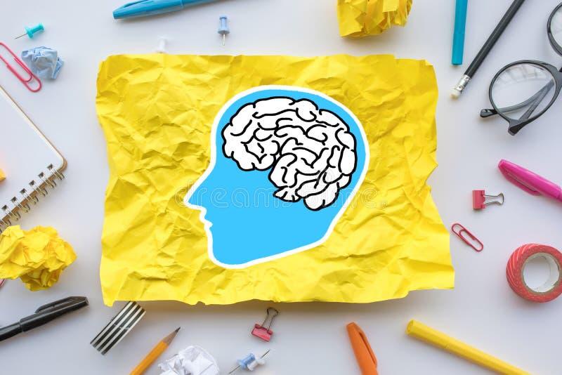 Inspirationskreativitätskonzepte mit Gehirnzeichnung auf dem Papier zerknittert auf Worktable stockbild