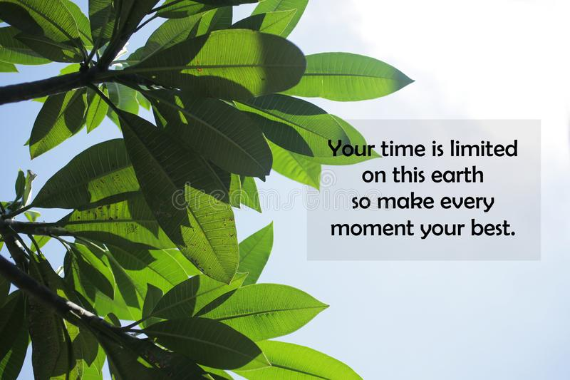 Inspirationsmotivierendes Zitat - Ihre Zeit ist auf dieser Erde begrenzt, also machen Sie jeden Moment Ihr Bestes stockfoto