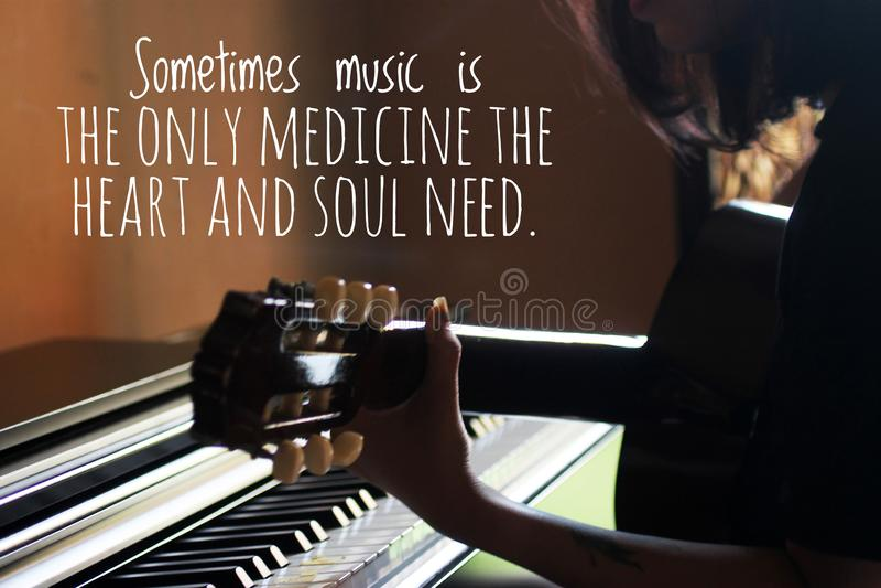 Inspirationswörter - Manchmal ist Musik die einzige Medizin, die Herz und Seele brauchen Mit silhouette junger Frau Gitarre spiel lizenzfreies stockfoto