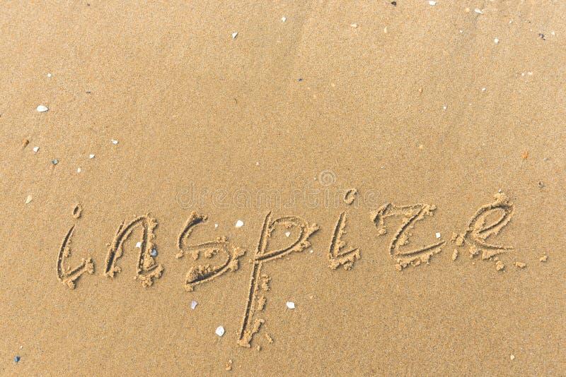 Inspire geschrieben auf den Strandsand stockfotos