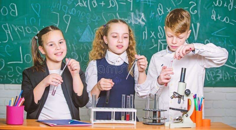 inspire Kleine Kinder wissenschaft Kleinkindwissenschaftler, der Chemie im Schullabor erwirbt Chemiewissenschaft biologie stockfotografie