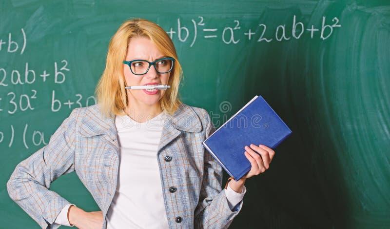 Inspirer la motivation des enseignants A la recherche d'inspiration Arrière-plan du tableau de bord de stylo à morsure de livre I photo stock
