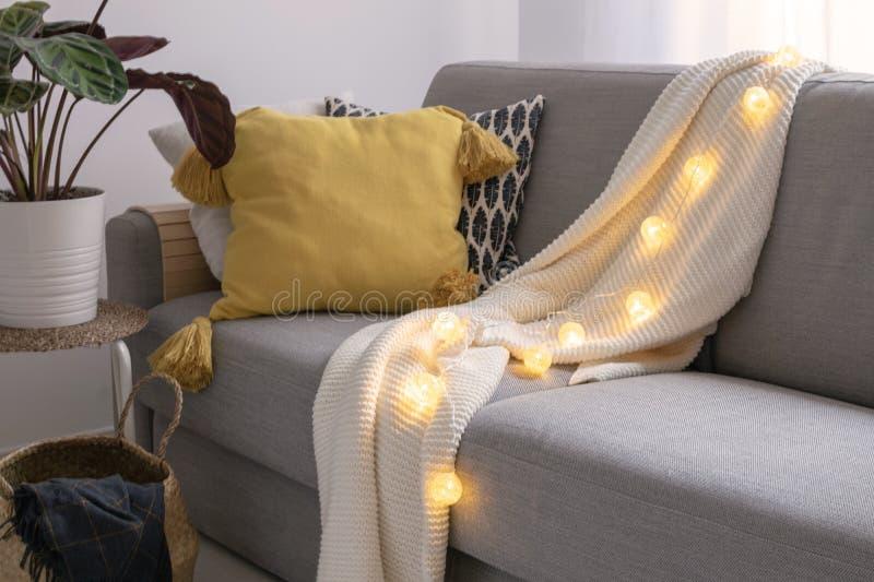 Inspirerad hem- dekor för skandinavisk höst - hemtrevlig vardagsrum, Sofa Cushion, trawkorg, morblommabukett, hyggestil arkivfoton