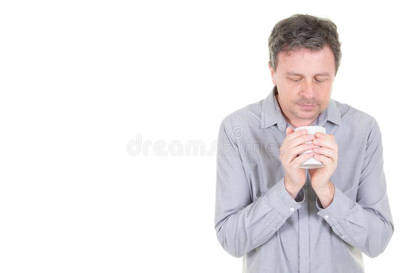 Inspirerad man med koppen av nytt kaffete med kopieringsutrymmesidan royaltyfri foto