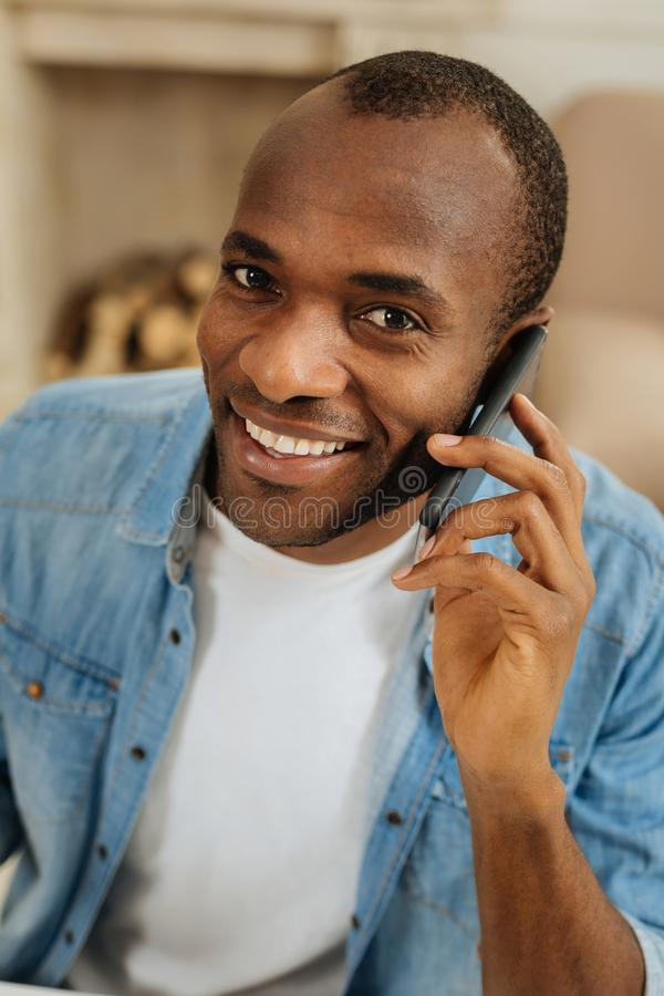 Inspirerad man som talar på telefonen royaltyfri foto