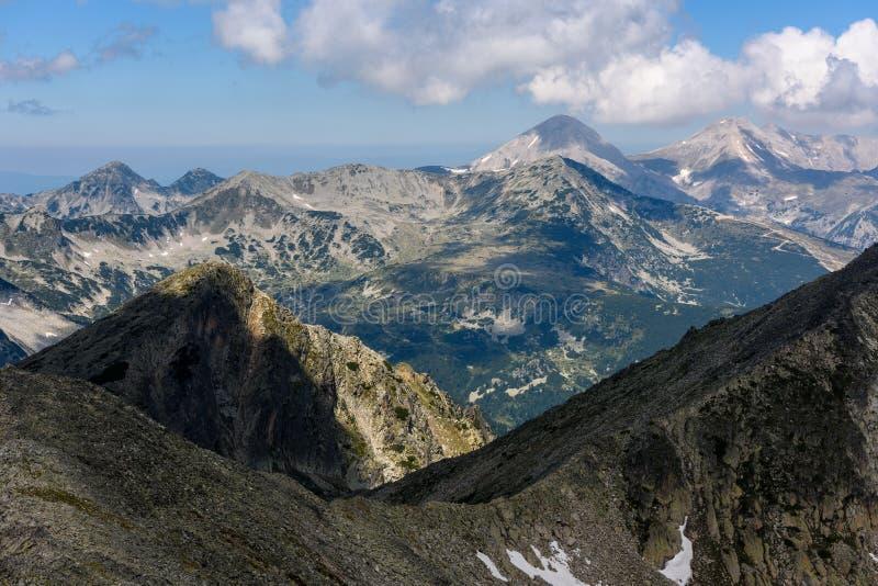 Inspirerande bergmaxima för vördnad på den Pirin nationalparken, Bulgarien arkivfoton
