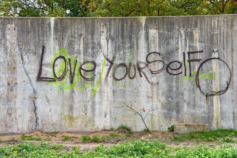 Inspirerande grafitti på den grungy väggen royaltyfri bild