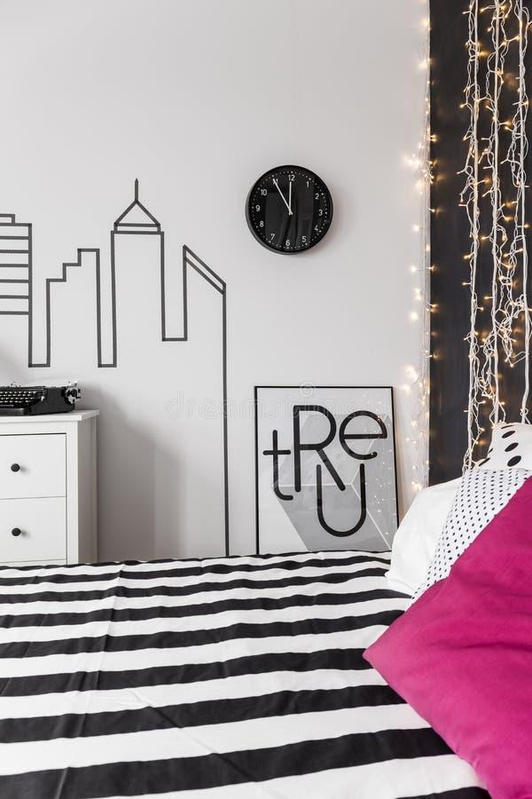 Inspirerande vägg i sovrum royaltyfria bilder