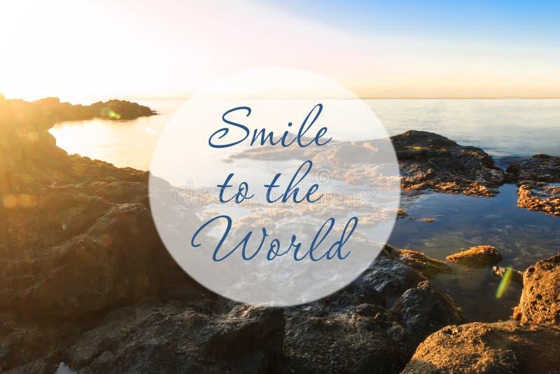 Inspirierend Motivationszitat Lächeln zur Welt lizenzfreies stockbild