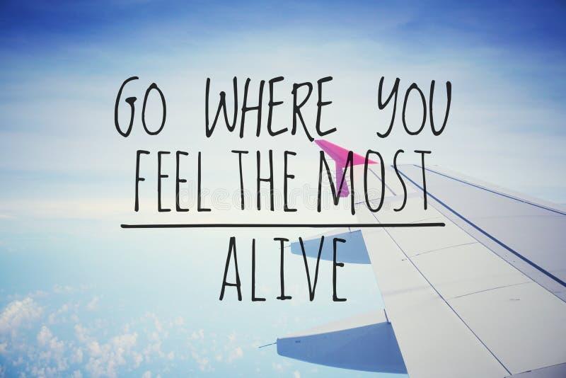 Inspirierend Motivierungszitate auf Naturhintergrund u. x22; Gehen Sie, wohin Sie dem meisten alive& x22 glauben; stockfotos