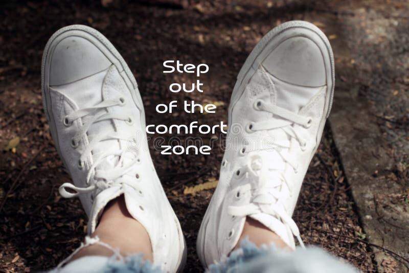 Inspirierend Motivzitat Schritt aus den Kuschelecken heraus Mit entspannen Sie sich Füße der jungen Frau im weißen Turnschuhhinte stockbild