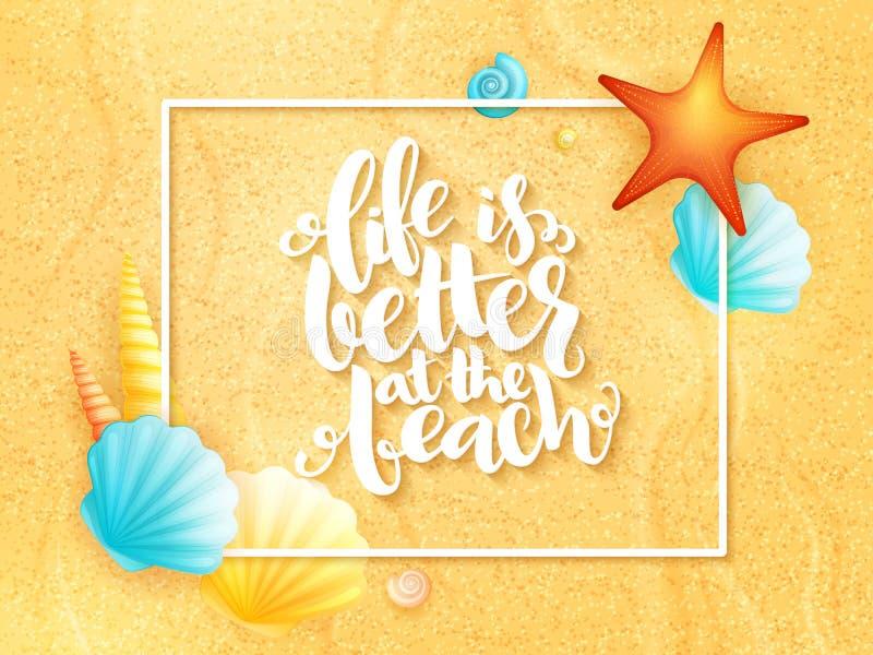 Inspirierend Phrase des Vektorhandbeschriftungs-Sommers - Leben ist am Strand besser - mit Rahmen und Oberteile auf Sand stock abbildung
