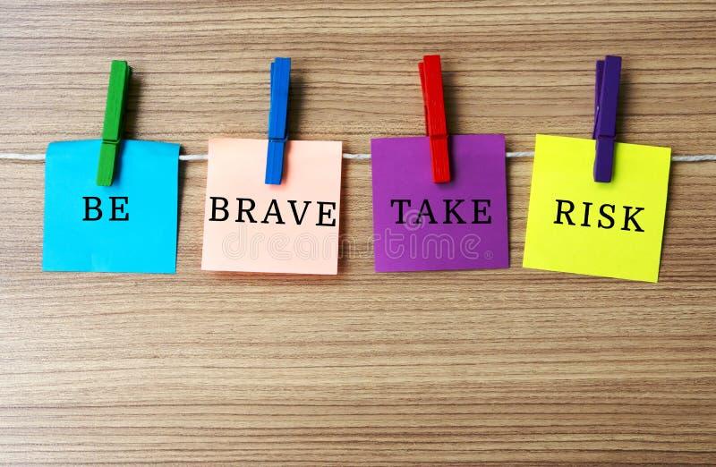 Inspirierend Zitat ist eingehen Risiko tapfer lizenzfreies stockbild