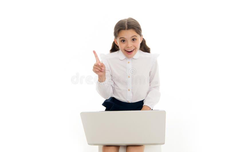Inspirować pomysł Uczennicy pracy sztuki laptop odizolowywający na bielu Dziecko dostać inspirację podczas gdy surfujący internet obraz stock
