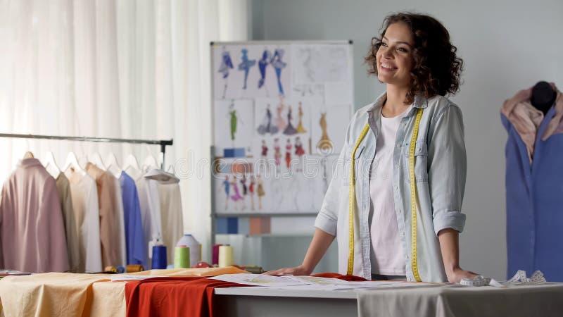 Inspirowana żeńska szwaczka wyobraża sobie nakreślenie przyszłości suknia, kreatywnie warsztat zdjęcie royalty free