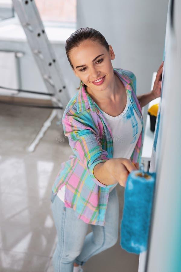 Inspirowana kobieta maluje ściany zdjęcie stock