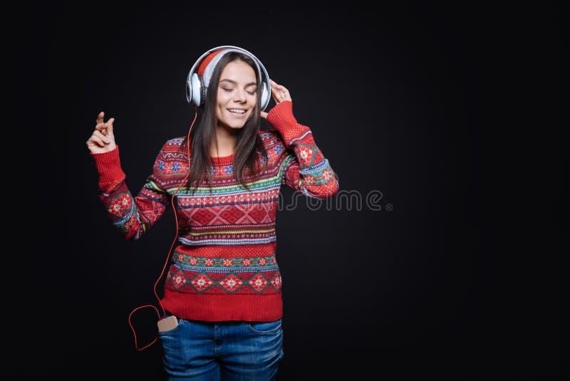 Inspirowana młoda kobieta słucha muzyka obraz stock