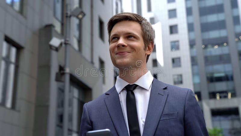 Inspirowany młody człowiek stoi blisko centrum biznesu, dobre wieści, pomyślny rozpoczęcie obrazy stock