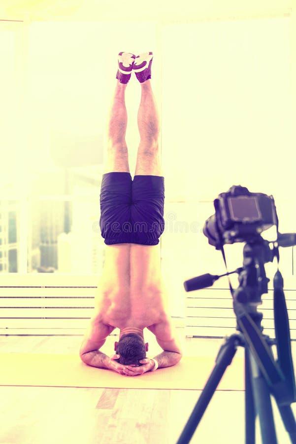 Inspirowany niepłonny mężczyzna trenuje mocno na podłodze w domu zdjęcie royalty free