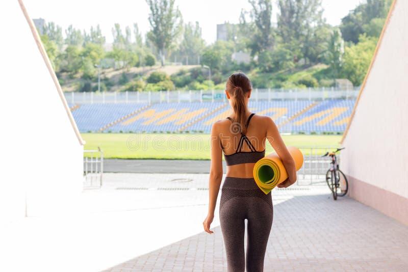 Insportswear de femme de forme physique sur le stade Concept de sport et de forme physique images libres de droits