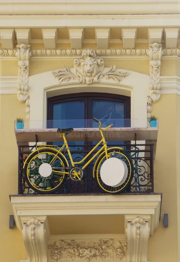Inställd cykel på balkongen av en gammal byggnad royaltyfria bilder