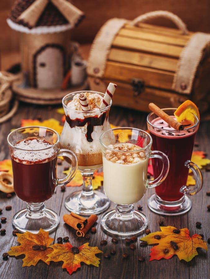 inställda drinkar Vit choklad, kräm, krämiga coctailar och funderat vin arkivbilder