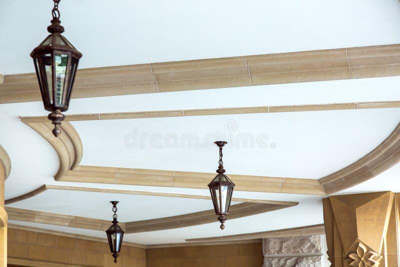 Inställda falska lampor med exponeringsglasmellanlägg väger på taket royaltyfri bild
