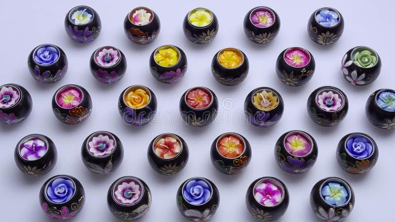 inställda stearinljus aromatiska stearinljus Thailändska stearinljus brunnsort arkivbilder