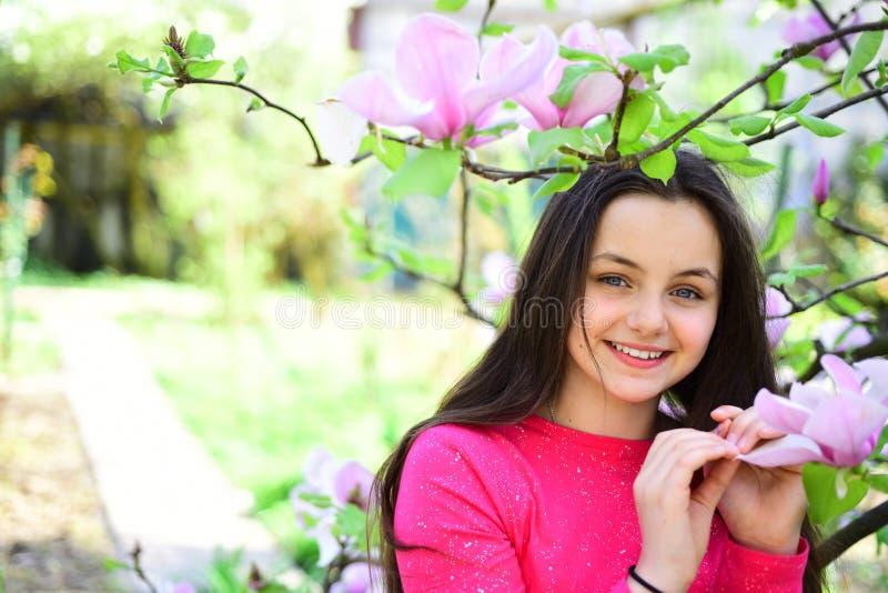 9 inställda underbara fjädertulpan för mood mångfärgade bilder Det förtjusande flickaleendet parkerar in med att blomstra blommor royaltyfri foto