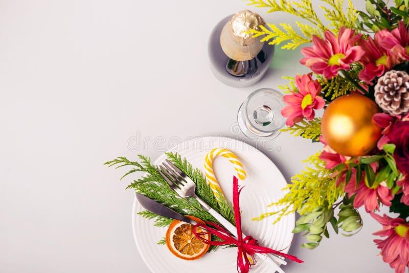 Inställning för feriejultabell Vinterbukett och naturlig garnering av bordsservis arkivbild