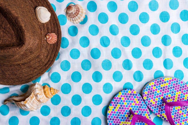 Inställning för sommarferie med badskor, snäckskal och sugrörhatten royaltyfri bild