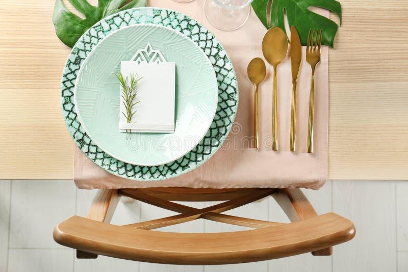 Inställning för tabell för grön färg med kortet och den blom- dekoren royaltyfri foto