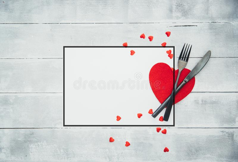 Inställning för tabell för valentindagmatställe med det röda bandet royaltyfri fotografi