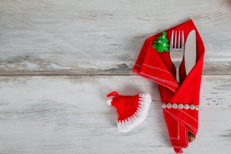 Inställning och santa& x27 för julferietabell; s-hatt royaltyfri foto