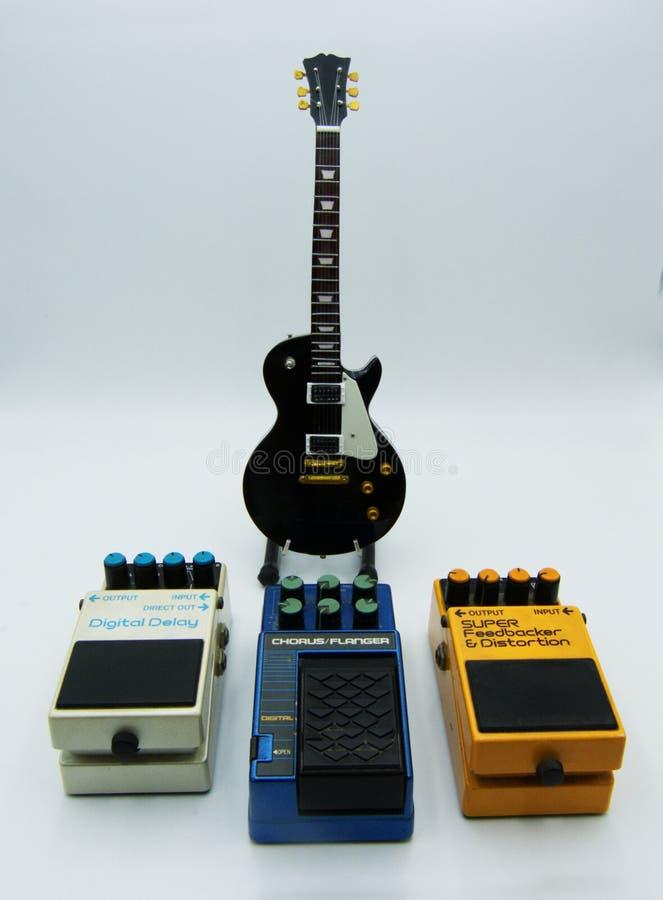 Inställning - upp gitarrljudsignal som bearbetar pedaleffekter arkivbilder