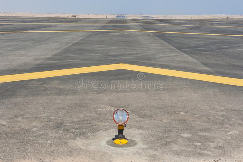 Inställningsljus på en flygplatslandningsbana royaltyfri bild